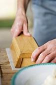 Bauernbutter aus Holzmodel auf Papier stürzen