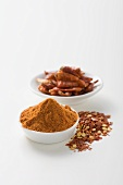 Getrocknete Chilischoten, Cayennepfeffer und Chiliflocken