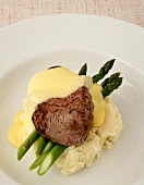 Beef with bernaise sauce, green asparagus and mashed potatoes