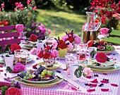 Sommertisch mit Rosen und Obst