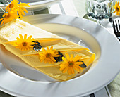 Yellow marguerite napkin decoration