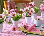 Gedeckter Tisch mit Schmuckkörbchen und Platzkärtchen