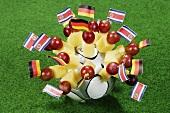 Käsespiesse mit Fähnchen von Deutschland und Costa Rica