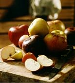 Apfelschnitze und ganze Äpfel
