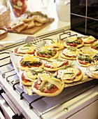 Mini-pizzas with goat's cheese and asparagus