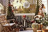 Weihnachtlich geschmückter Balkon
