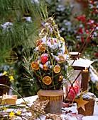 Weihnachtlich dekoriertes Zweiggesteck