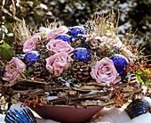 Winterliches Blumengesteck mit Rosen