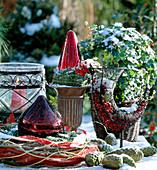 Weihnachtliche Dekoration: Windlicht, Kugeln, Efeu