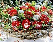 Weihnachtsgesteck mit roten Rosen, Buchszweigen und Ginster