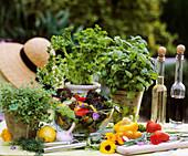 Zutaten für Salat: Kräuter, Gemüse und Essblüten