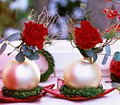 Weihnachtliches Rosengesteck mit Christbaumkugeln