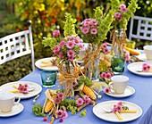 Sommerliche Tischdekoration mit Blumen