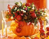 Herbststrauß in ausgehöhltem Kürbis
