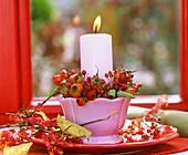 Kerzengesteck mit Hagebutten und Pfaffenhütchen