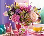 Frühsommerstrauß mit Pfingstrosen, Frauenmantel, Feinstrahlaster und Flockenblumen