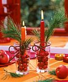 Kerzengesteck mit Kiefernzweigen und Weihnachtskugeln