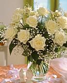 Strauss von weißen Rosen und Schleierkraut