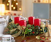 Klassischer Adventskranz aus Stechpalme mit roten Kerzen