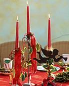 Kerzenständer mit Ilexblättern und Beeren verziert