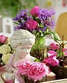 Frauenbüste mit Duftrosen, Flockenblumen und Bougainvillea-Blüten