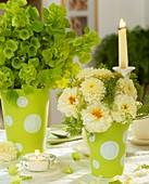 Zwei Vasen mit Muschelblumen und Dahlien
