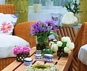 Bergflockenblume, Rosenblüten und Viburnum
