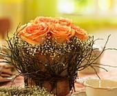 Rosenblüten, Schleierkraut, Ginster- und Birkenzweige