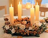 Adventskranz mit weissen Kerzen und Dattelzweigen