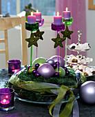 Moderner Adventskranz in grün und violett