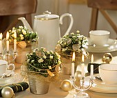 Tischdekoration in Weiss und Silber