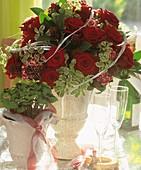 Strauss mit roten Rosen und Pittosporum-Zweige zur Hochzeit