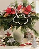 Strauss mit Weihnachtsstern, Kiefernzweigen & Silbergirlande