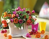 Gesteck aus Rückschnitt von Schönmalven in verschiedenen Farben & ein Stück Erdbeerkuchen
