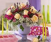 Strauss aus Rosen, Nelken, Schleierkraut und Lavendelblüten