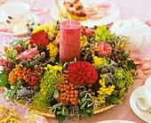 Kranz aus Eberesche, Rosenblüten, Zierdill und Distel