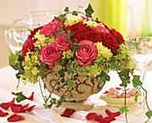 Rosenblüten mit Hortensienblüten und Efeuranken