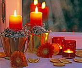 Kerzendeko mit Heidekraut, Gerbera und Orangenscheiben