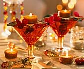 Glasschalen mit Teelichtern und Alpenveilchenblüten