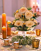 Glasetagere mit Rosenblüten weihnachtlich dekoriert