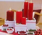 Kerzen in Keramiktöpfen, Steine, Kugeln und Tannennadeln