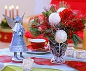 Weihnachtsgesteck mit Amaryllis, Seidenkiefer und Engelshaar