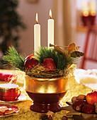 Adventsgesteck mit Äpfeln, Zweigen und Kerzen