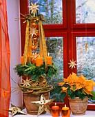 Hängender Adventskranz, Weihnachtsstern auf Fensterbank