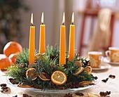 Adventskranz mit getrockneten Orangenscheiben