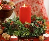 Tellerkranz mit roter Kerze