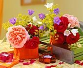 Rosen, Glockenblume und Frauenmantel als Tischdeko
