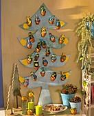 Tannenbaum aus Sperrholz mit Tontöpfen als Adventskalender