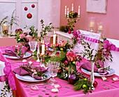 Gedeckter Tisch mit weihnachtlicher Tischdeko