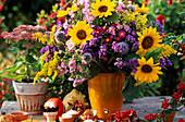 Herbststrauss aus Sonnenblumen, Astern und Goldrute